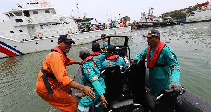 des secouristes sur les lieux du crash du Boeing 737 MAX de Lion Air