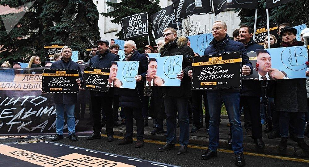 «Cousu de fil blanc»: une action de solidarité avec le journaliste Vychinski à Moscou