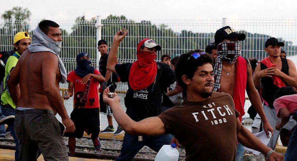 Des pierres contre les soldats? Trump pourrait autoriser l'armée à tirer sur les migrants