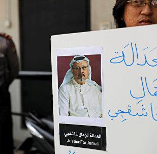 Un manifestant tenant une pancarte avec la photo de Jamal Khashoggi
