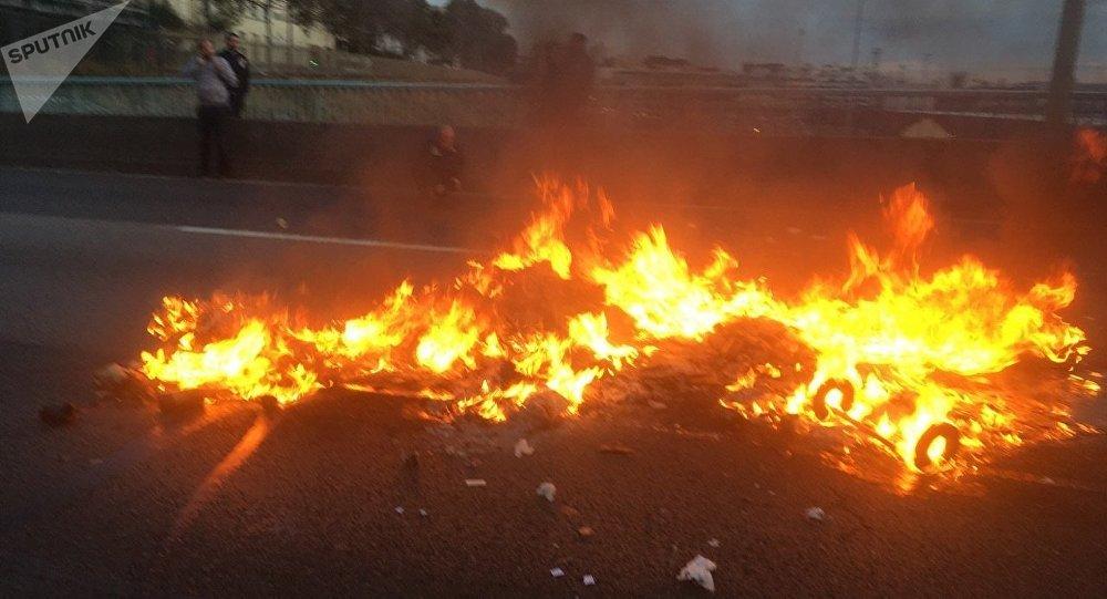 Une barricade en flammes pendant la manifestation des ambulanciers à Paris (5 novembre 2018)