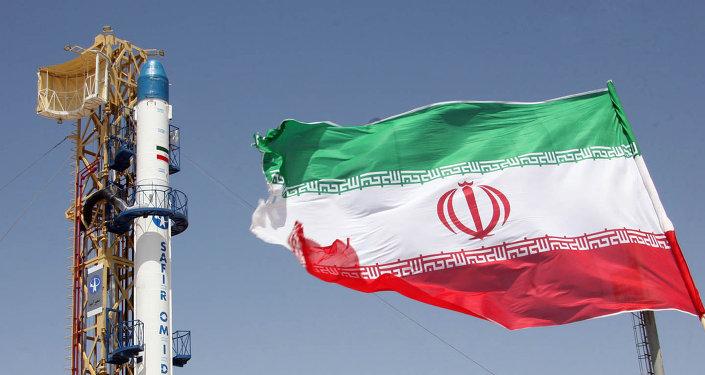 Un drapeau iranien flottant devant la fusée iranienne Safir Omid