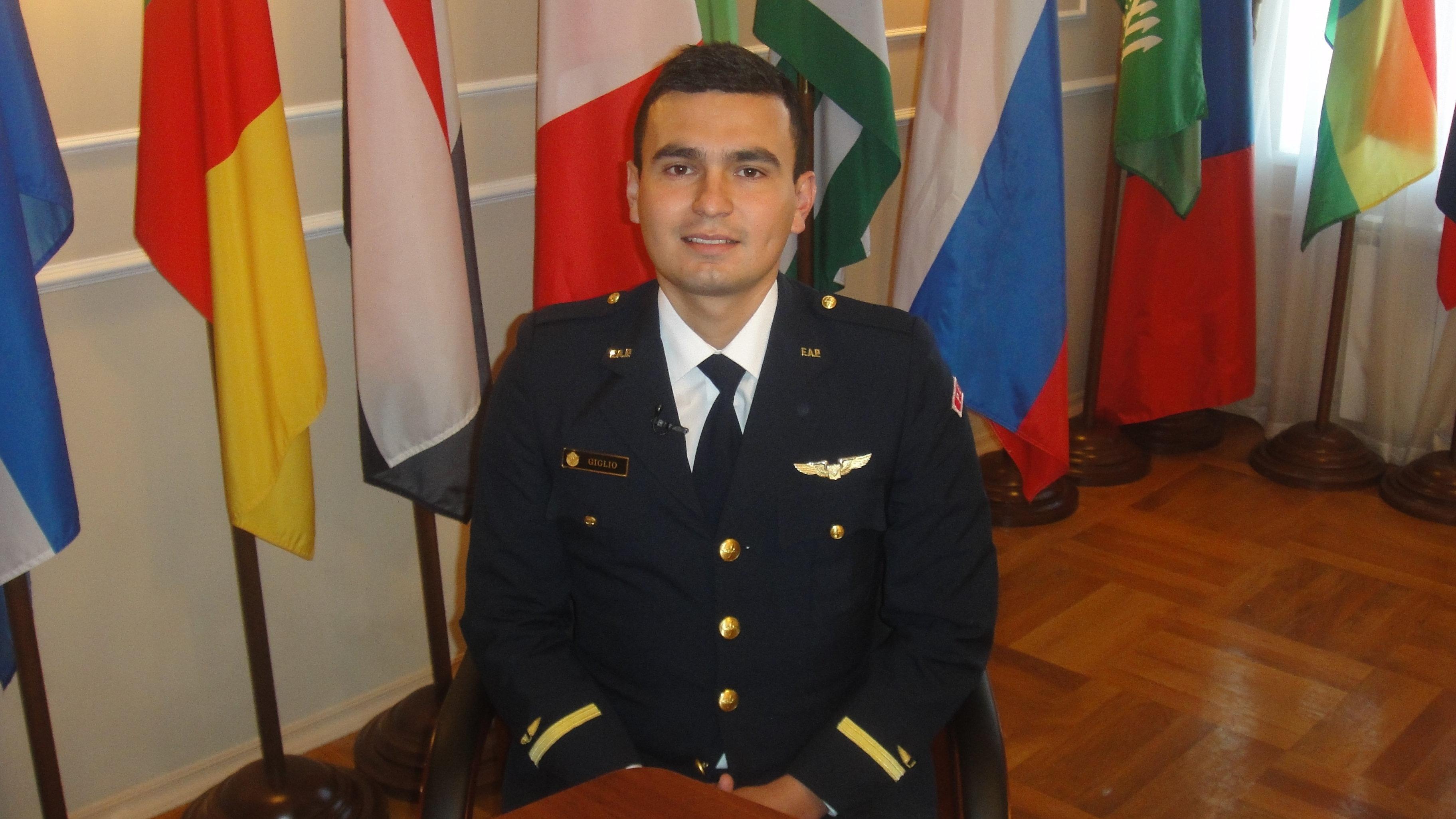 Le Péruvien Giglio Landauro Kevin Martin, élève de la cinquième année d'études à la faculté spéciale de l'Académie militaire spatiale russe Mojaïski