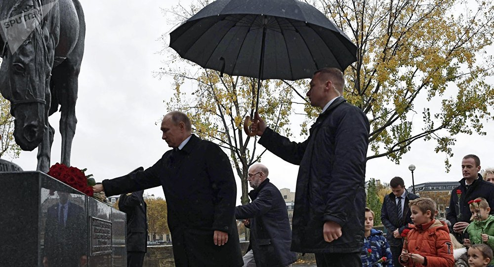 Paris: Poutine dépose des fleurs devant le monument au corps expéditionnaire russe