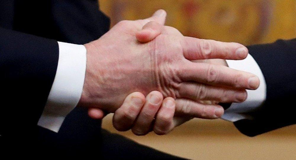 Macron remporte une nouvelle fois le match de la poignée de main contre Trump