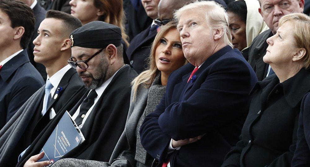 Regard noir de Trump au roi du Maroc qui dort pendant le discours de Macron
