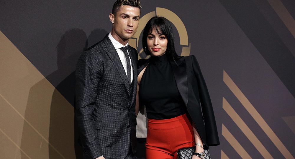 Cristiano Ronaldo finalement fiancé? Les médias disent oui (photos)