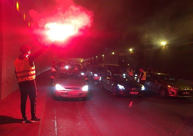 les «gilets jaunes» organisent des centaines de blocages routiers à travers le pays