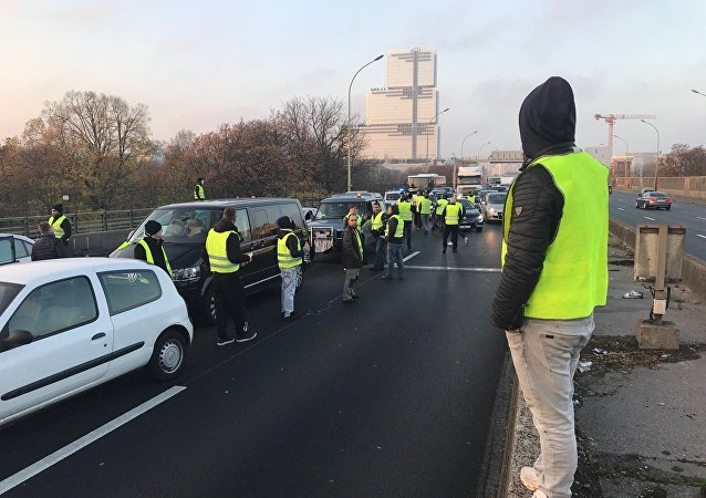 Les «gilets jaunes» organisent des blocages routiers à travers la France