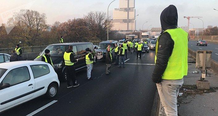 Les «gilets jaunes» organisent des blocages routiers à travers la France