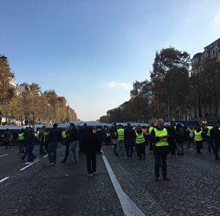 Les «Gilets jaunes» bloquent les Champs-Élysées
