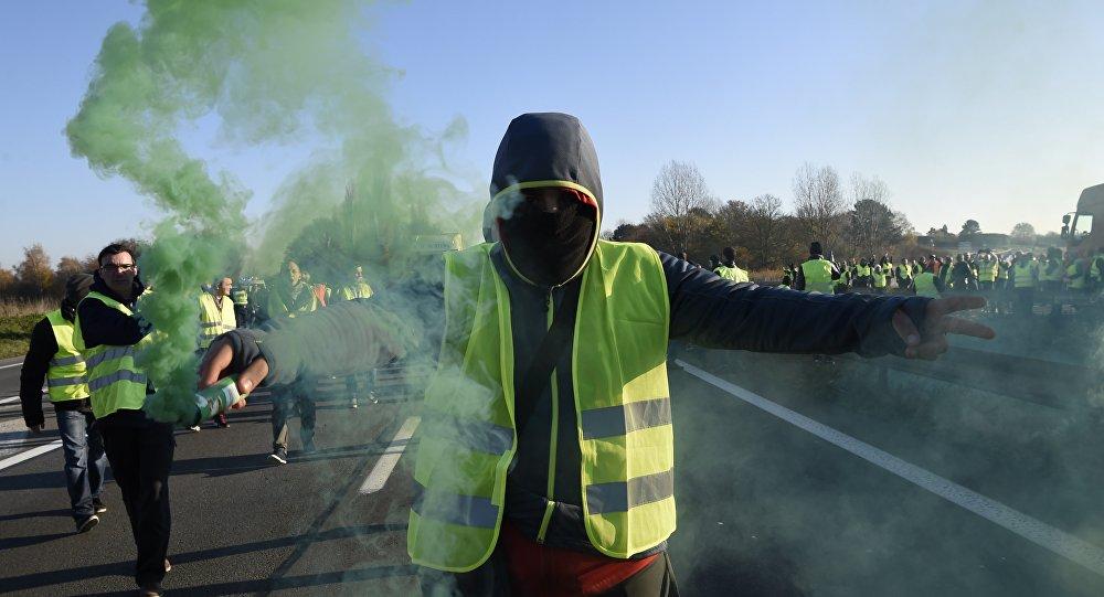 Des blindés à Paris? Pour le Web, «elle est belle la démocratie française»