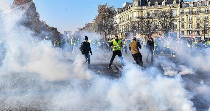 Journée d'actions: les «gilets jaunes» manifestent en France