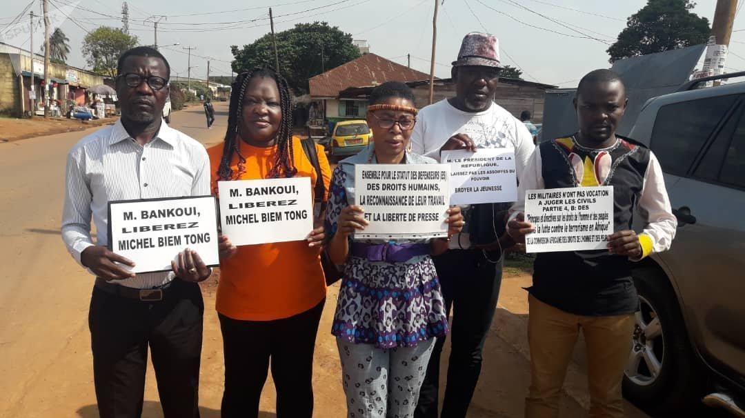 Des membres du REDHAC (Réseau des défenseurs des droits humains en Afrique centrale), vendredi 16 novembre devant la prison de Yaoundé, Cameroun