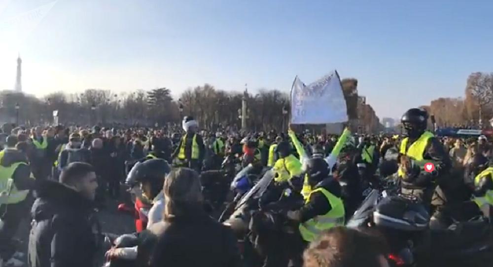 Les Gilets jaunes bloquent les Champs-Élysées