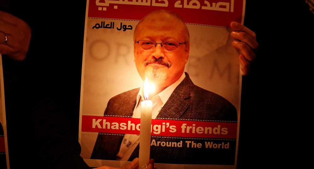 Un manifestant tient un portrait de Jamal Khashoggi