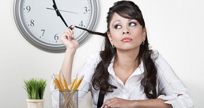 Une femme et le temps (Image d'illustration)