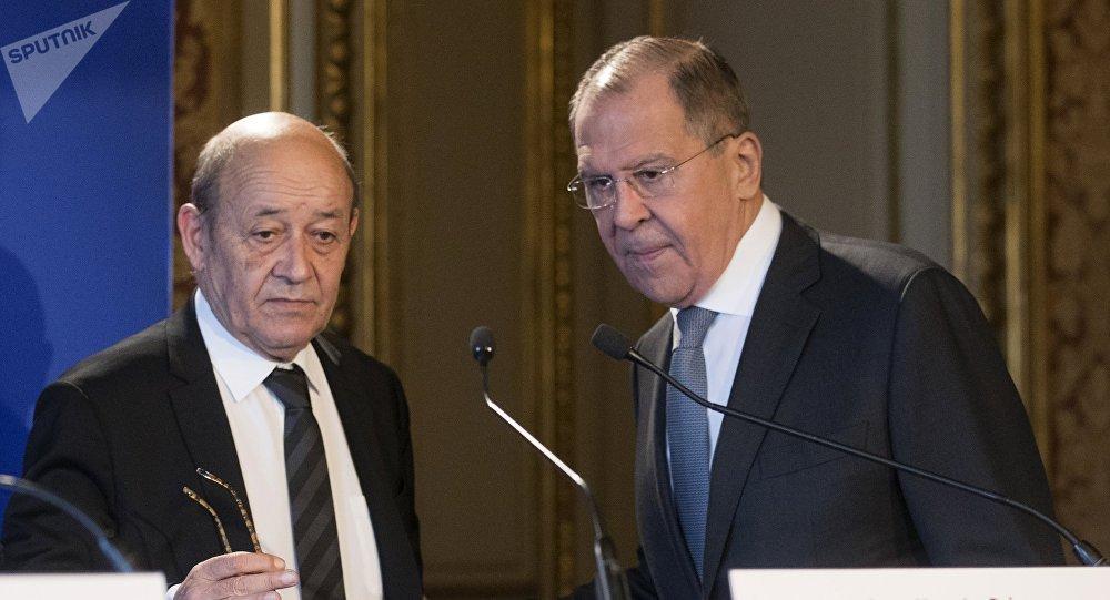 Jean-Yves Le Drian et Sergueï Lavrov lors d'une conférence de presse à Paris