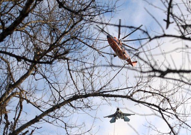 Un Mi-26 emporte un Su-27