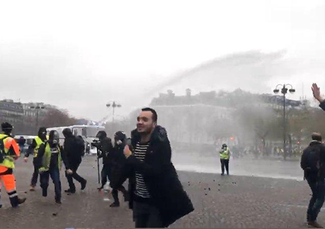 Gilets jaunes le 1 décembre 2018 à Paris, canon à eau en action