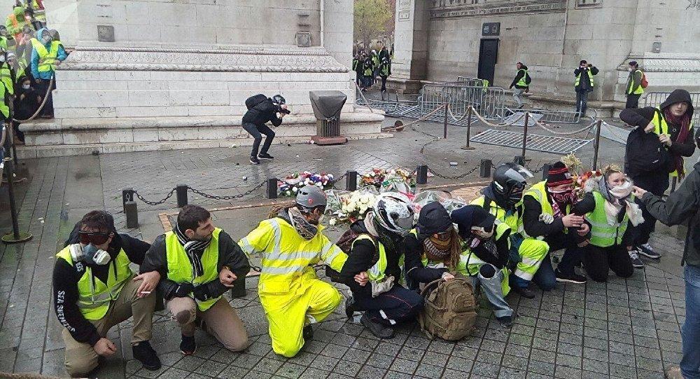 «Gilets jaunes» près de la tombe du soldat inconnu sous l'Arc de Triomphe