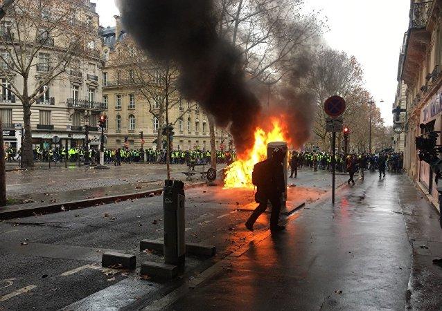 Qui sont les auteurs des violences du 1er décembre à Paris? Avis contradictoires du Net