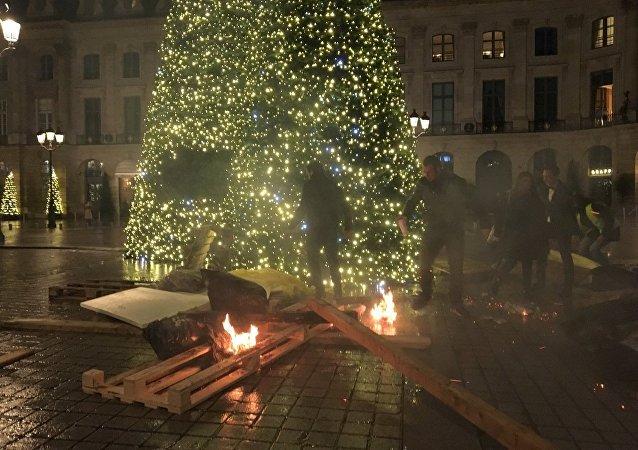 Barricades en feu pres de l'arbre de Noël, place Vendôme