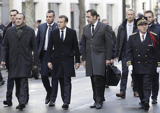 Emmanuel Macron à l'Arc de Triomphe après les violences (images)