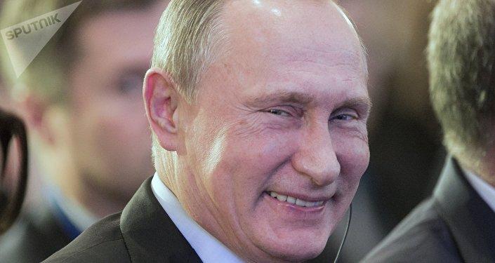 Vladimir Poutine sourit