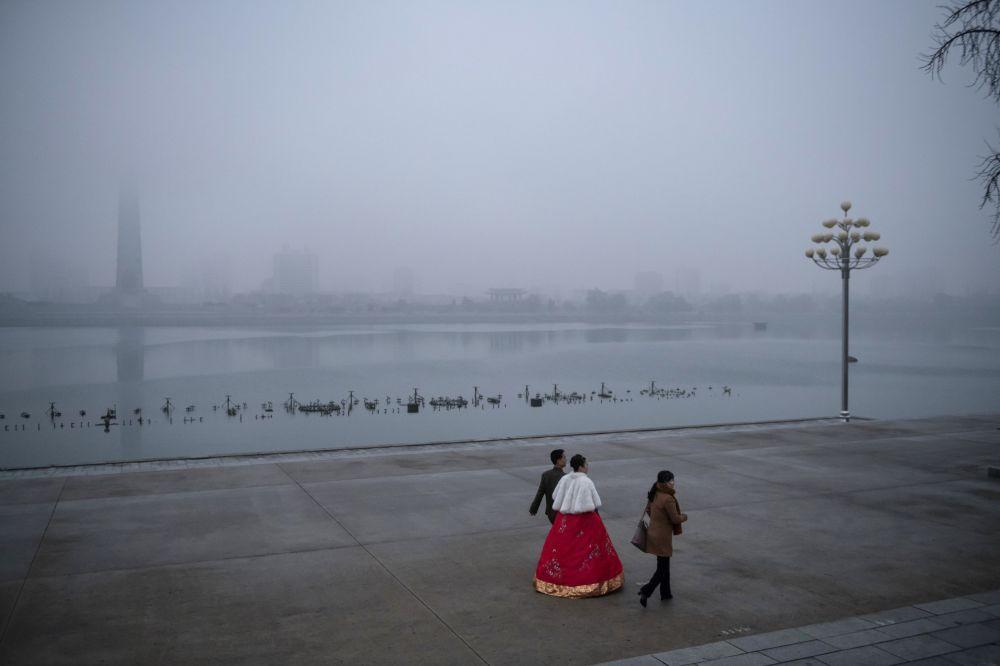 Des jeunes mariés sur le quai de Pyongyang, Corée du Nord.