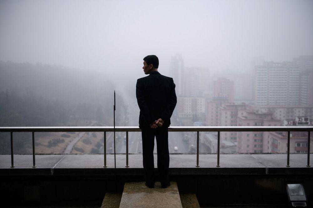 Un homme sur un balcon à Pyongyang, Corée du Nord.