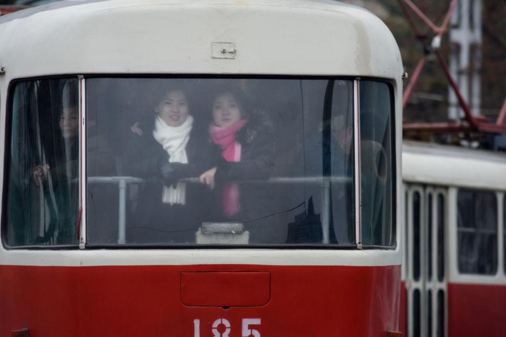 Les passagers d'un tramway à Pyongyang, Corée du Nord.