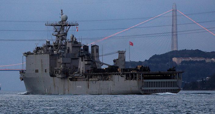 L'USS Carter Hall, en route pour la mer Noire entre dans le Bosphore (archives)