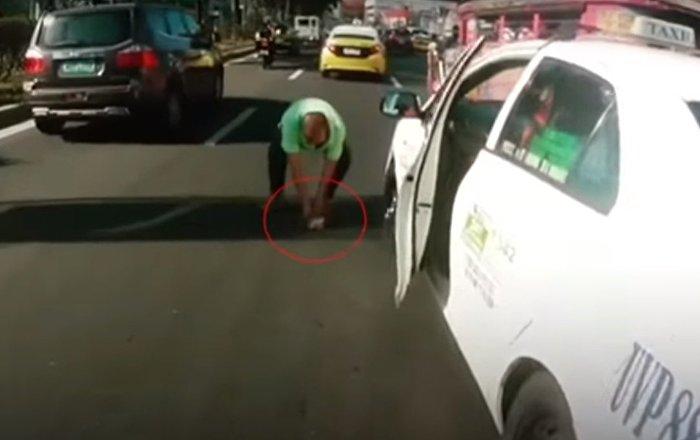 La bonté existe! Des conducteurs philippins ont provoqué un embouteillage afin de sauver un chaton