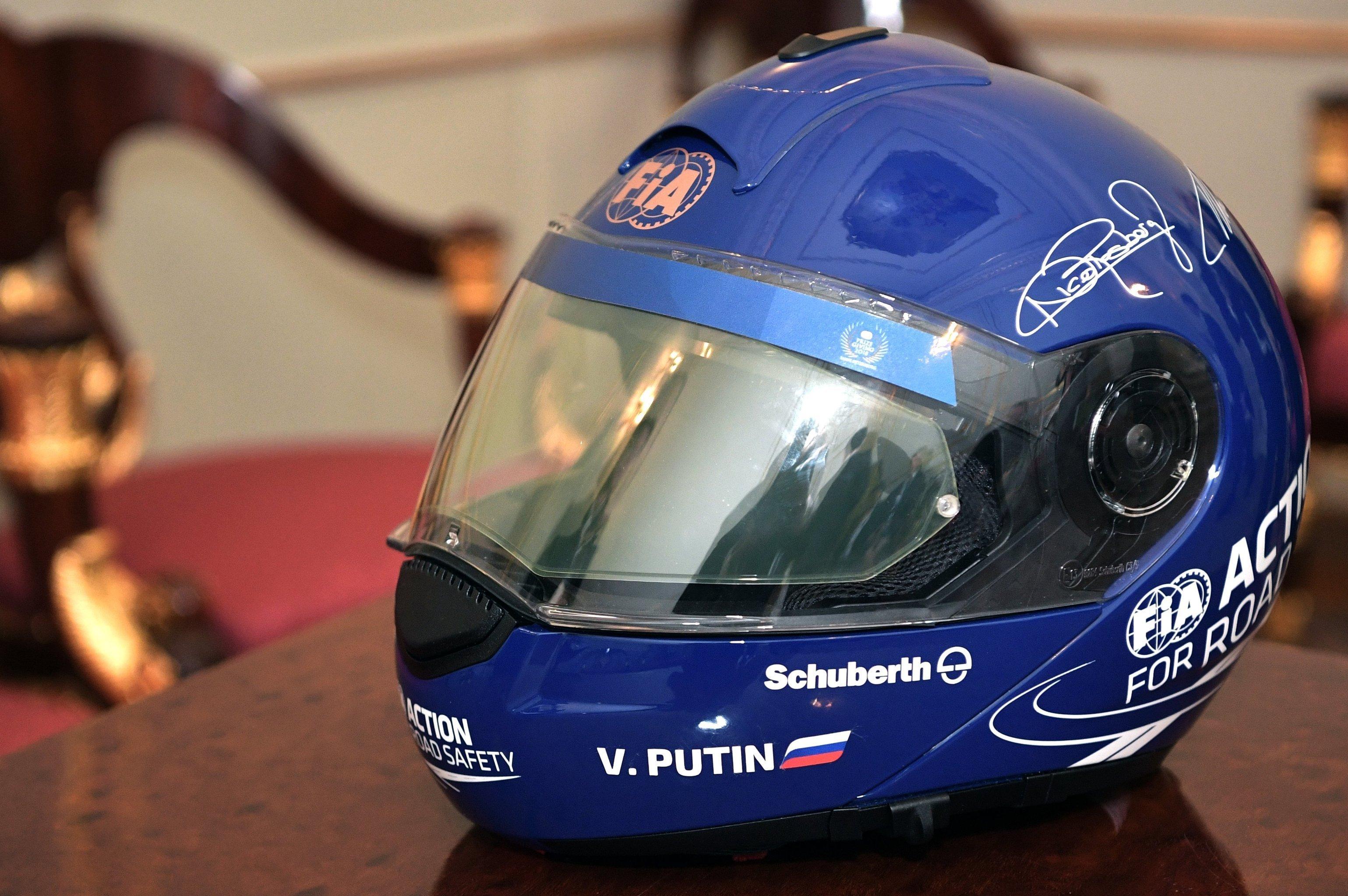 Le casque de pilote offert par Jean Todt à Vladimir Poutine