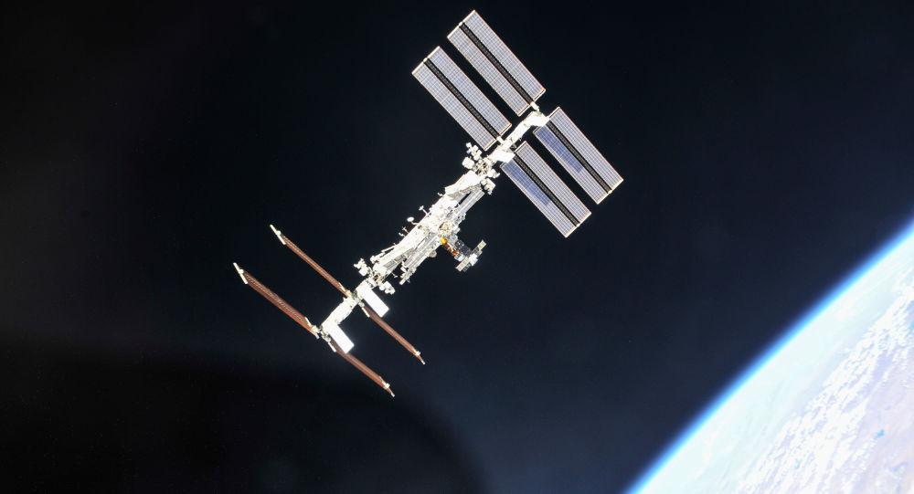 La Station spatiale internationale photographiée depuis un vaisseau Soyouz après le désamarrage.