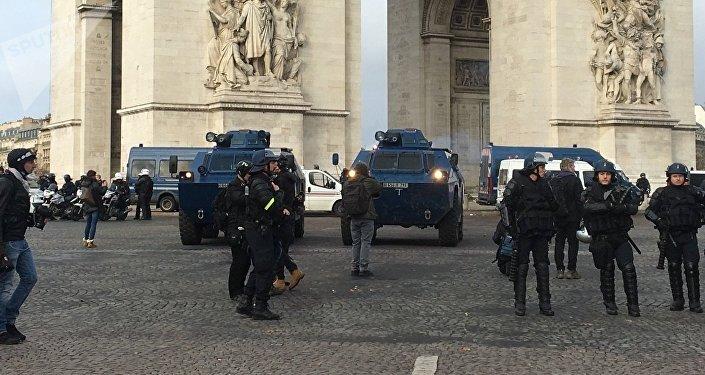 Blindés en plein Paris, manifestation des Gilets jaunes le 8 décembre 2018
