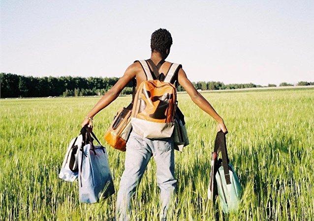 Un Russe coud des sacs à la mode à partir de bâches pour camion