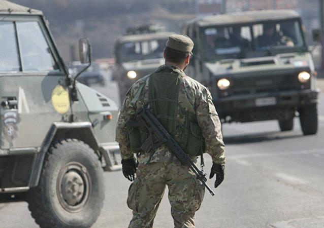 Un poste de contrôle à l'entrée de Pristina