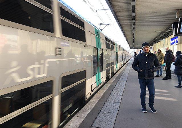 Une rame de RER sur les quais de la station Nanterre-Ville