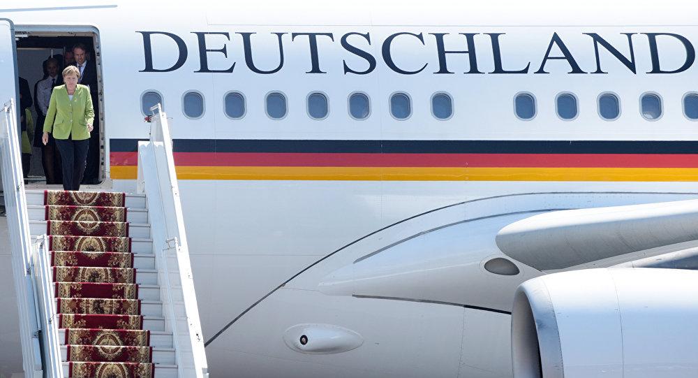 Angela Merkel sort de l'avion gouvernemntal (photo d'archive)