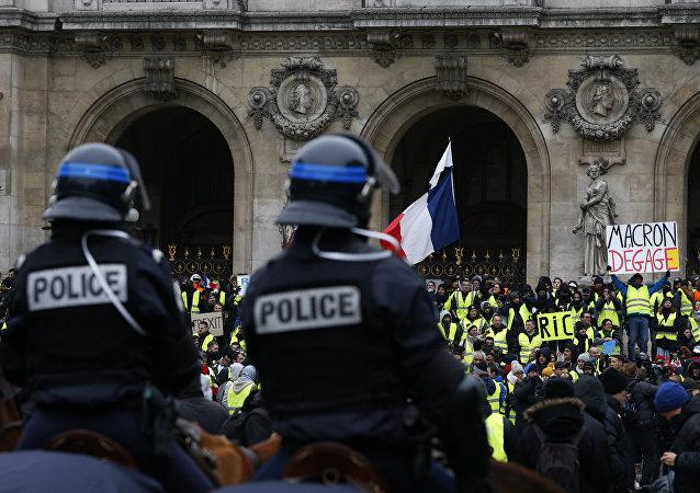 La police devant les Gilets jaunes sur la place de l'Opéra (15 décembre 2018)