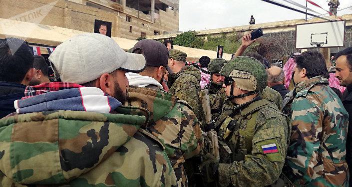 Des militaires russes et syriens ainsi que des responsables ont assisté aux célébrations