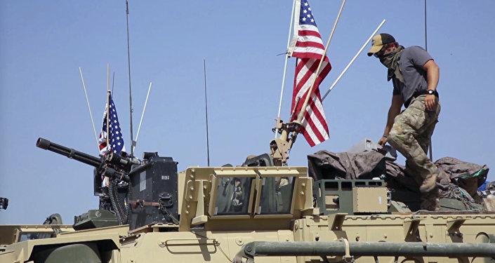Un soldat américain debout sur un blindé en Syrie