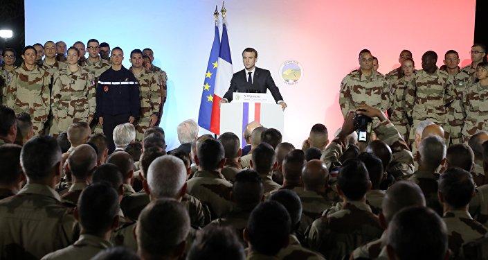 Emmanuel Macron prononce un discours devant le contingent militaire français au Tchad