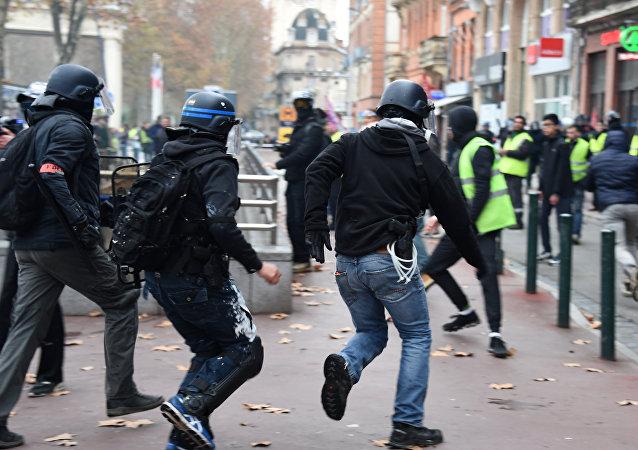 Des policiers et des gilets jaunes (archives photo)