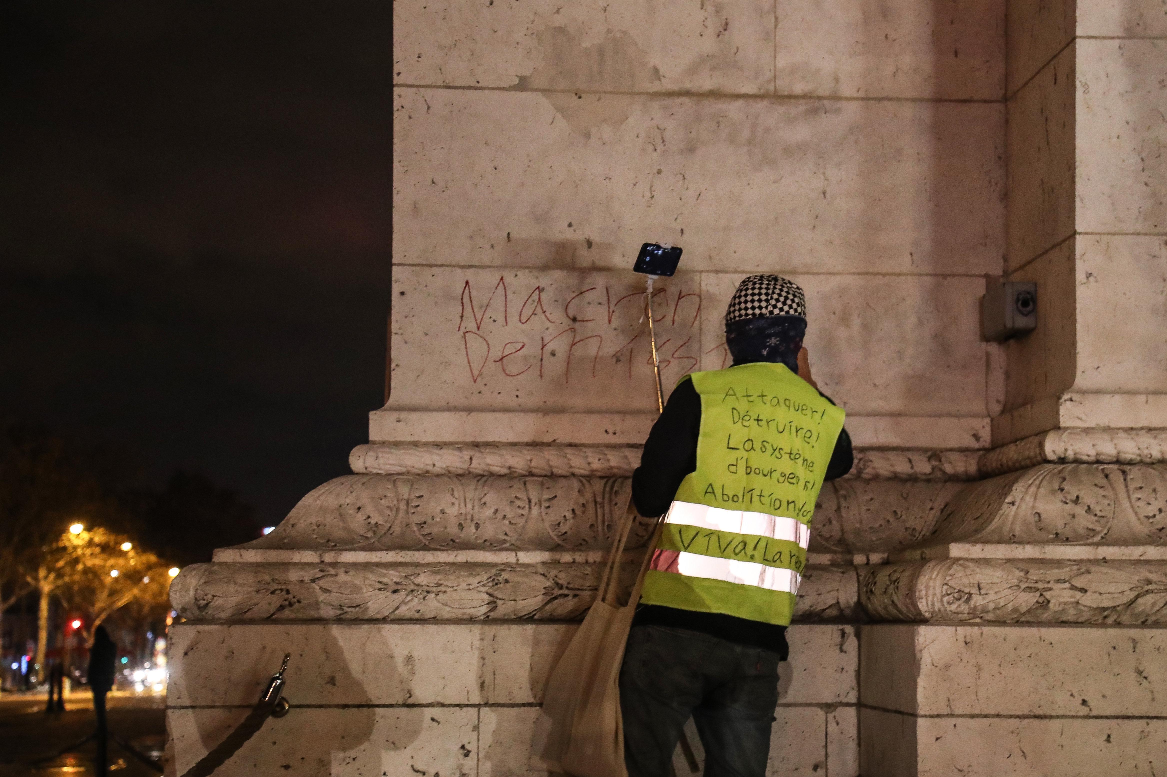 un Gilet jaune tague l'Arc de Triomphe lors du réveillon