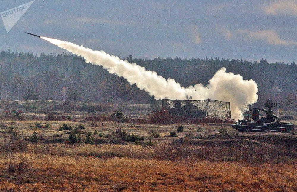 Tir de missile par le système de missiles anti-aériens «Osa»