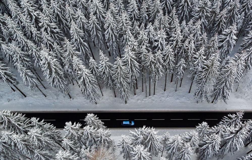 Une prise de vue aérienne d'une route dans une forêt d'hiver dans l'est de l'Allemagne