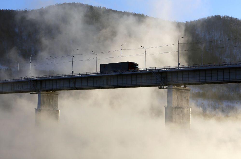 Un camion traverse un pont sur l'Ienisseï près de la centrale hydroélectrique